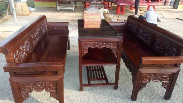 Bàn ghế trường kỷ gỗ kiểu cổ xưa.
