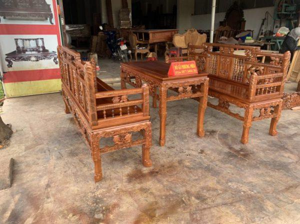 Bàn ghế gỗ kiểu cổ xưa